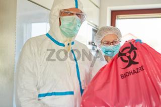 Reinigungskräfte bei Abfallentsorgung von infektiösen Müll