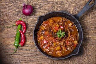 ungarisches Gulasch mit Fleisch und Kartoffeln
