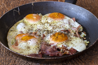 vier gebratene Eier in einer Pfanne