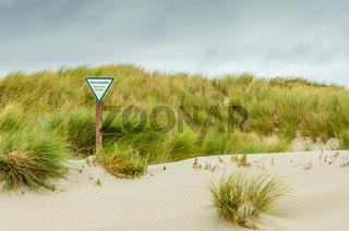 Düne mit Schild Dünenschutzgebiet auf der Insel Helgoland, Nordsee, Deutschland