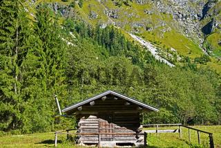 Holzhütte, dahinter die Seewände, Oytal, Oberstdorf, Oberallgäu, Bayern, Deutschland, Europa
