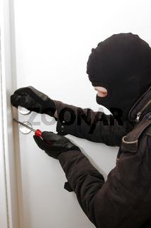 Einbrecher versucht in eine Wohnung einzubrechen