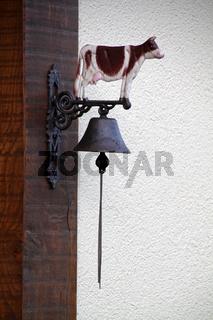 Kuhglocke an einem Haus in Alverdissen