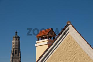 Dachgiebel mit Kamin, dahinter die evangelische Pfarrkirche St. Georg mit dem 89, 5 m hohen Turm, dem 'Daniel', Nördlingen, Donau-Ries, Bayrisch Schwaben, Bayern, Deutschland, Europa