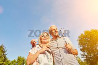 Paar Senioren spielt Badminton im Sommer