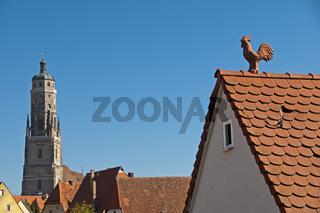 Dachgiebel mit Wetterhahn, dahinter die evangelische Pfarrkirche St. Georg mit dem 89, 5 m hohen Turm, dem 'Daniel', Nördlingen, Donau-Ries, Bayrisch Schwaben, Bayern, Deutschland, Europa