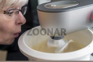 Hausfrau mit Küchenmaschine