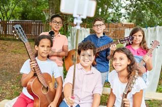 Kinder als Musik Band machen Selfie im Ferienlager
