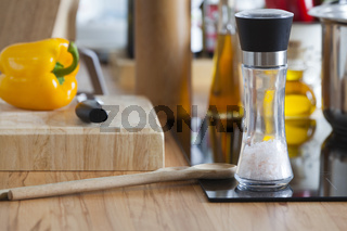 Salzmühle, Kochlöffel und weitere Küchenutensilien