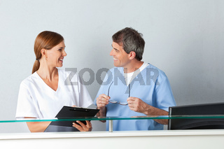 Lachender Arzt und Krankenschwester