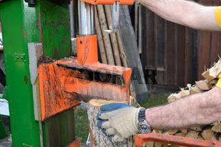 Mann beim Holzspalten