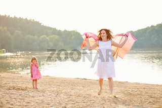 Mutter mit Tochter im Sommer am See