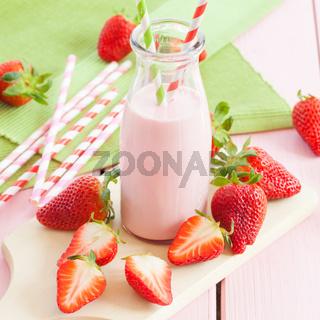 Milch mit frischen Erdbeeren