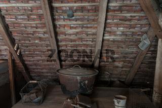 Einweckkessel auf einem Dachboden