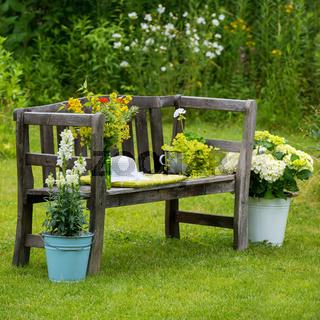 Alte Holzbank mit Blumen