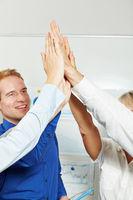 Geschäftsleute klatschen High Five im Büro