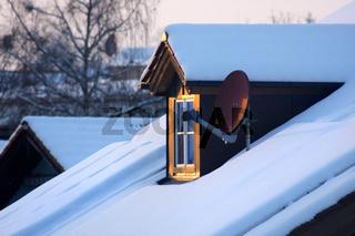 Haus mit Dachfenster und Satellitenschüssel, Fenster zur Welt
