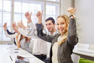 Erfolgreiche Geschäftsleute halten Daumen hoch