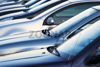 geparkte Autos in einer Reihe