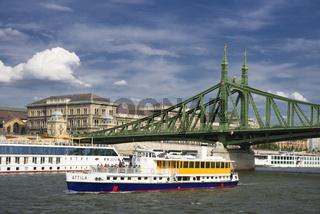 Freiheitsbrücke mit Schiffen Budapest Ungarn