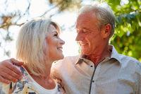Glückliches Paar Senioren umarmt sich