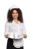Bedienung serviert Kaffee auf einem Tablett