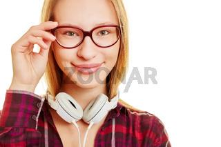 Mädchen mit Hand an Brille