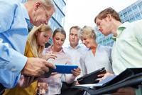 Geschäftsleute arbeiten mit Tablet PCs