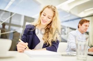 Geschäftsfrau macht sich Notizen