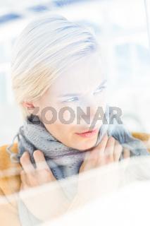 Woman wearing a grey scarf