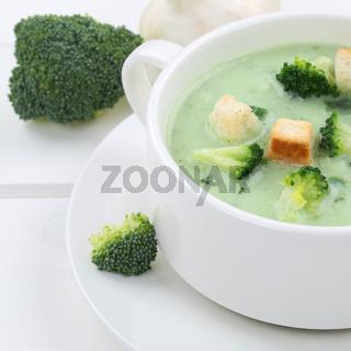 Gesunde Ernährung Brokkolisuppe Brokkoli Suppe in Suppentasse Nahaufnahme