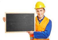 Arbeiter hält eine leere Schultafel
