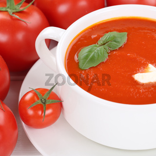 Tomatensuppe Tomatencremesuppe Tomaten Suppe in Suppentasse gesunde Ernährung