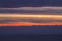 Morgenrot kurz vor Sonnenaufgang am Horizont die Schweizer Alpen