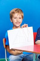 Junge zeigt selbstgemaltes Bild