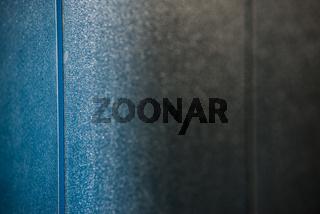 Blaue Glaswand in einer Alten Thermalsoletherme in Bad Soden