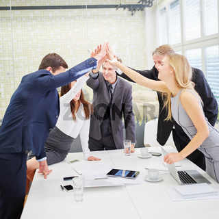 Business Team gibt ein High Five