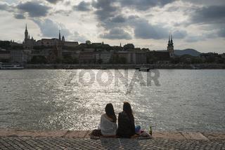 Zwei Frauen am Ufer der Donau, Budapest, Ungarn