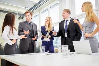 Business Team bei Verhandlung