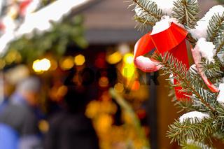 Weihnachtsdeko an einem Baum