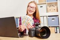 Frau mit Kamera beim Geld verdienen