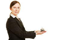 Concierge hält Klingel auf Hand