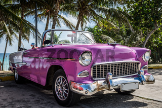 Pinker amerikanischer Oldtimer in Varadero
