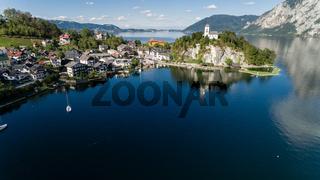 Traunkirchen am Traunsee, im Sommer. Luftaufnahme, Austria.