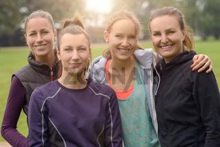 Frauen lächeln in die Kamera nach dem Sport