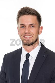 lächelnder junger mann im portrait