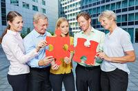 Business Team löst Puzzle