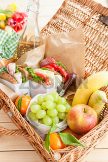 Gut gefuellter Picknickkorb