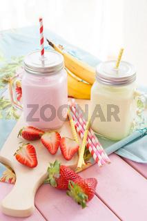 Milch mit frischen Erdbeeren und Banane