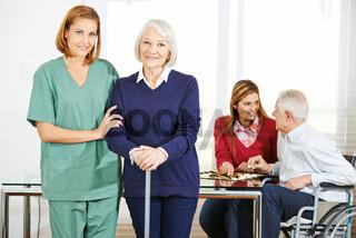 Krankenpfleger mit Senioren im Pflegeheim